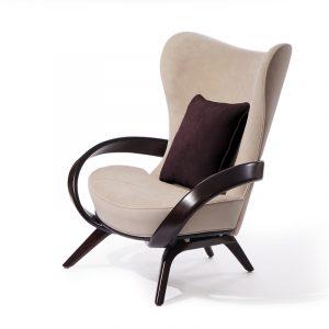 кресло с высокой спинкой в английском стиле