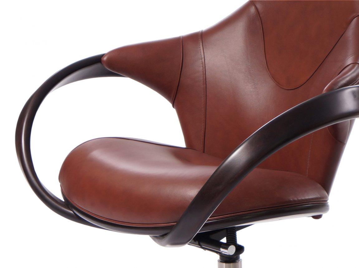 Комфортное кресло с деревянными подлокотниками