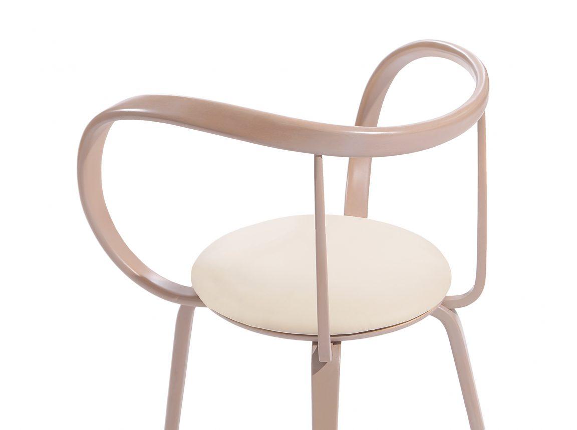 Светлый стул деревянный в кухню