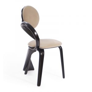 Уникальный стул изогнутой формы