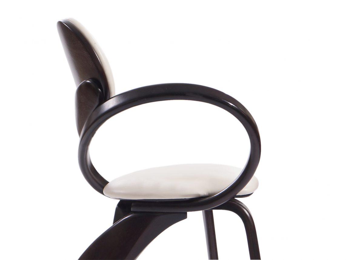 Изящный стул из дерева на кухню