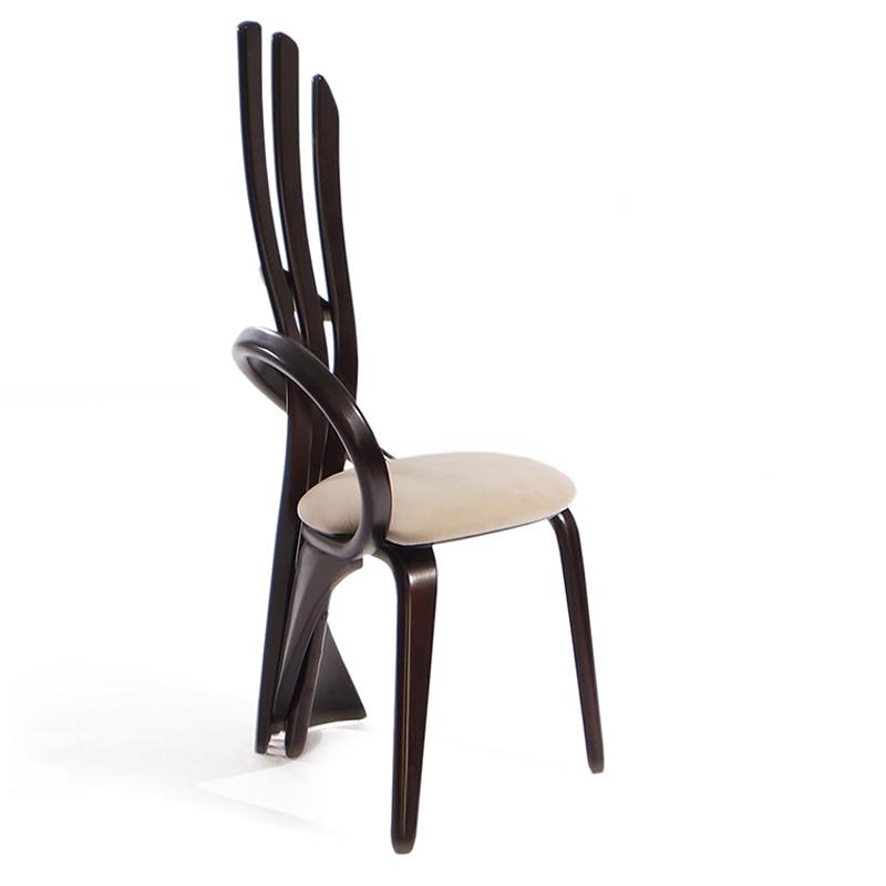 Элегантные стулья изогнутой формы