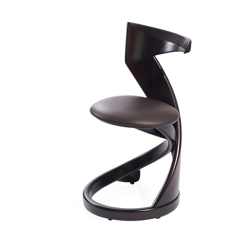 Удобный небольшой стул из дерева