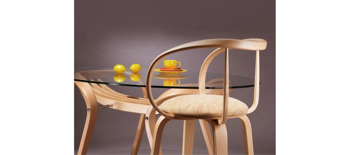 Овальный светлый стол для кухни