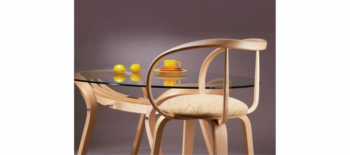 Аккуратный светлый стул со столом