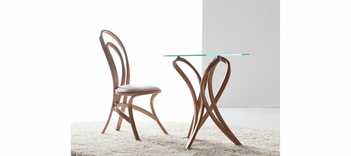 Аккуратный кофейный столик из дерева