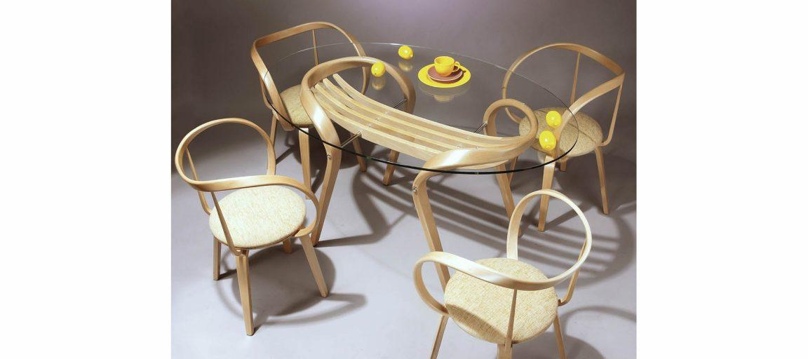 Универсальный стеклянный стол в столовую