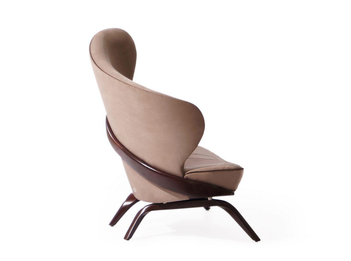 Коричневое кресло с подушками