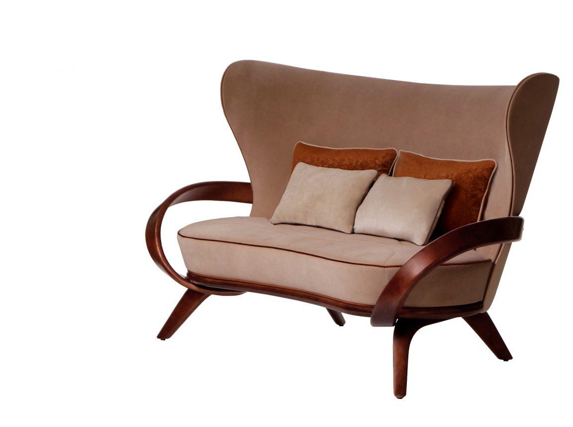 Удобный диван с бежевой обивкой