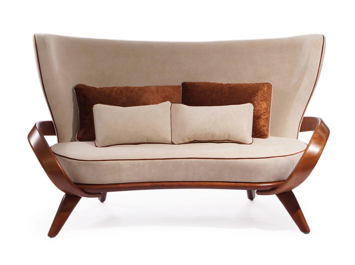 Авторский диван на ножках из дерева
