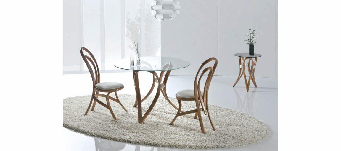 Изысканный столик из дерева со стеклом