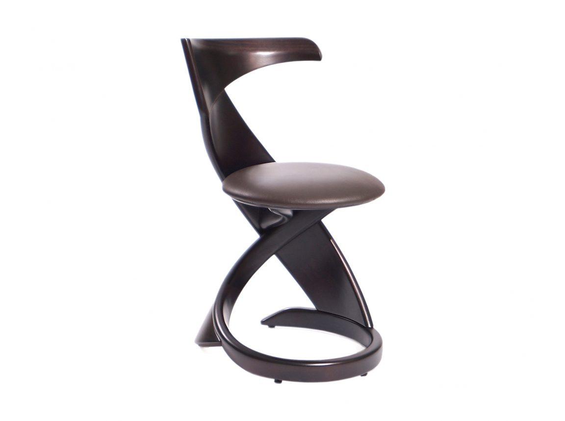 Компактный коричневый стул на кухню