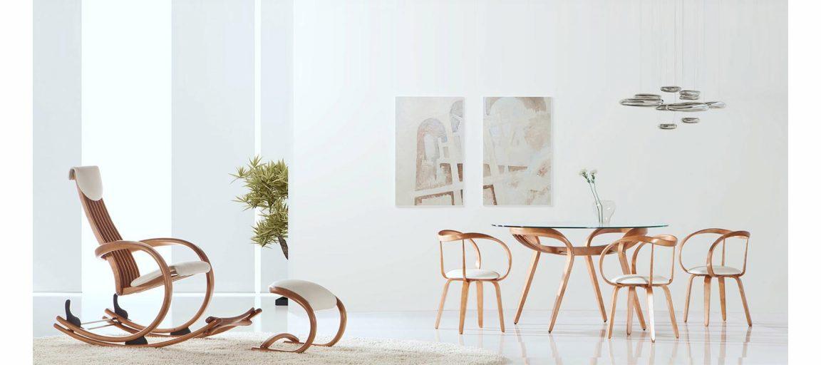 Стол из светлого дерева со стульями