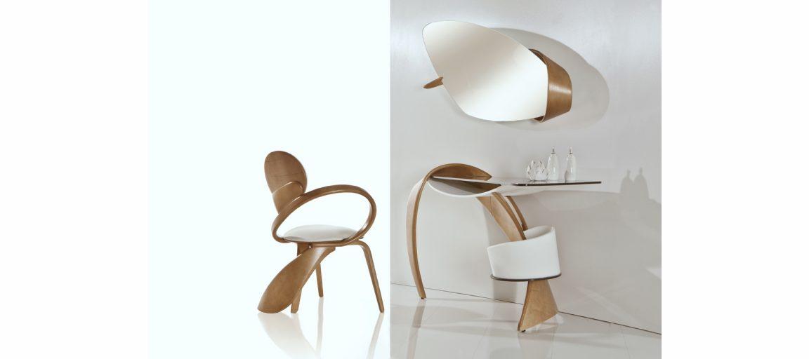Светлый стул с белым велюром