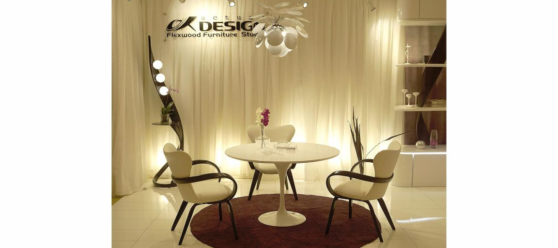 Стулья тёмные с белым столом