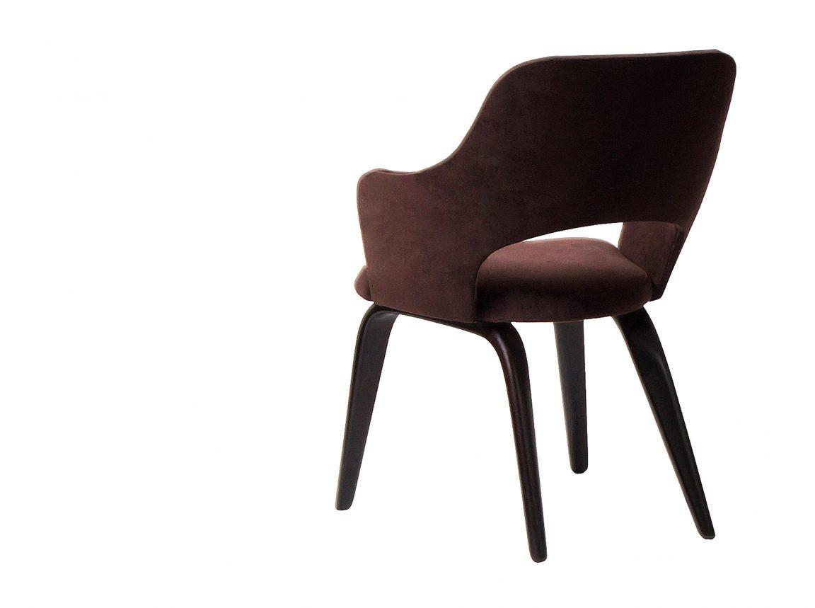 Коричневый стул из натурального дерева