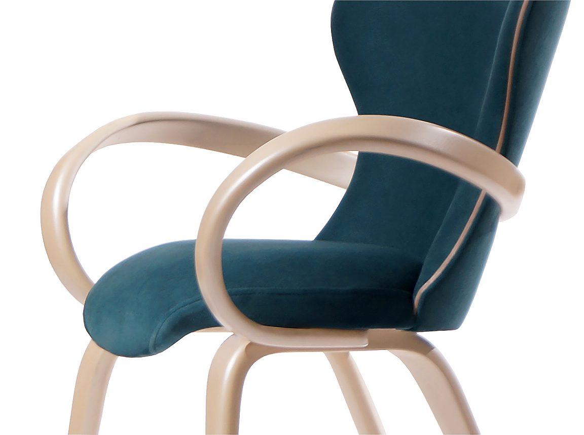 Бирюзовый стул с деревянными подлокотниками