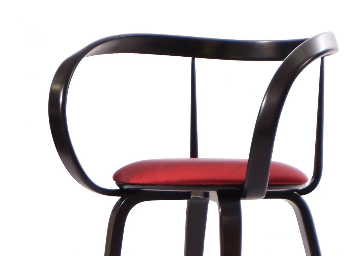 Яркий необычный стул с подлокотниками