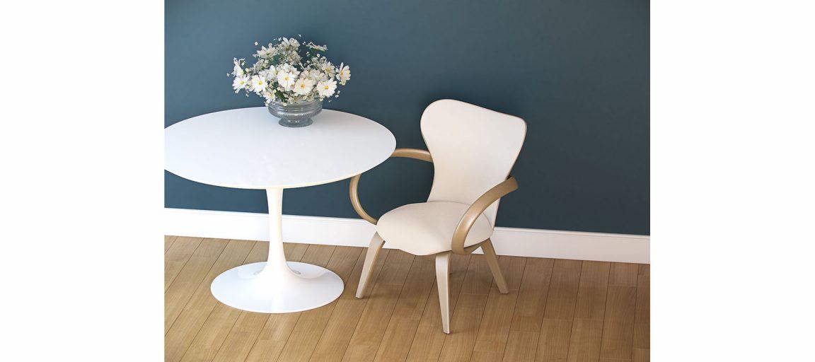 Белый стул в скандинавском интерьере