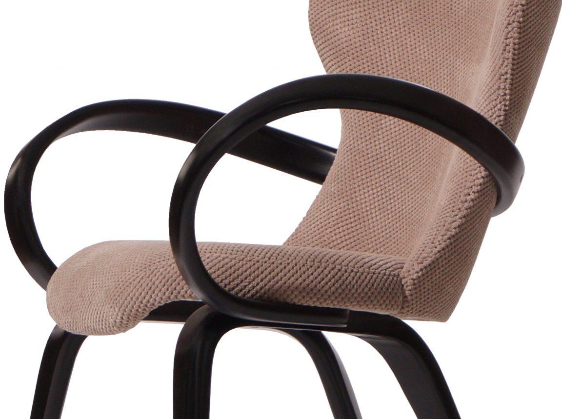 Кресло необычной формы из дерева
