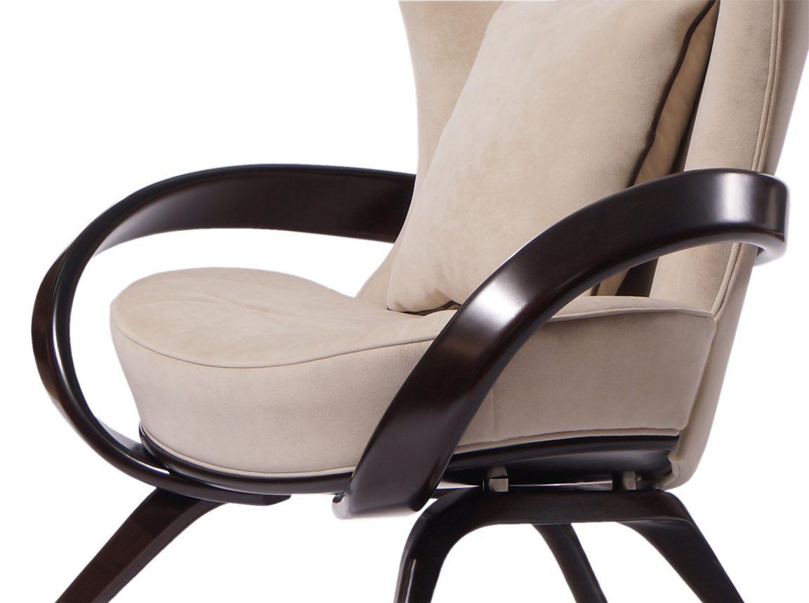 Красивое бежевое кресло