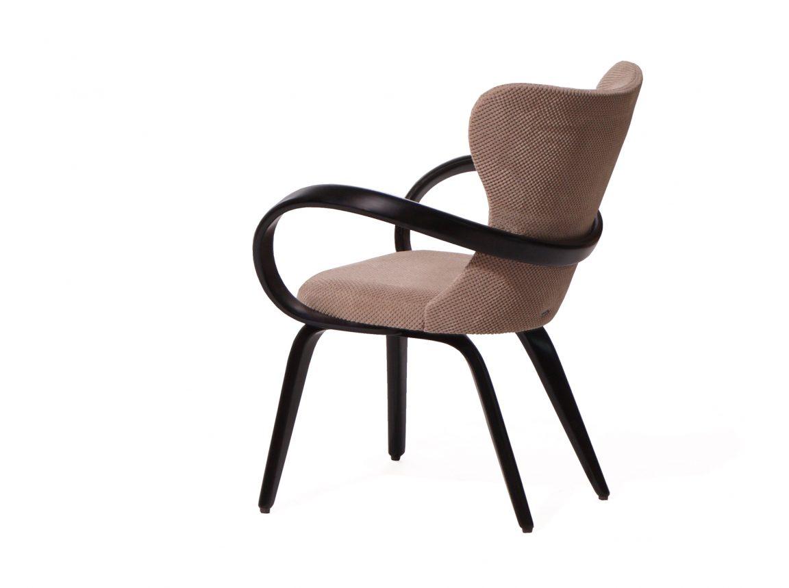 Удобный стул тёмного цвета