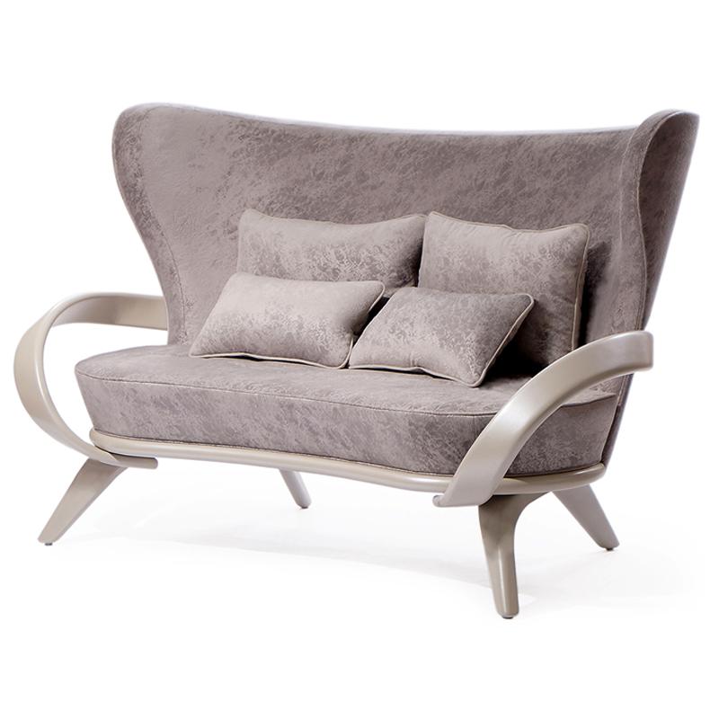 красивый светлый диван с подлокотниками