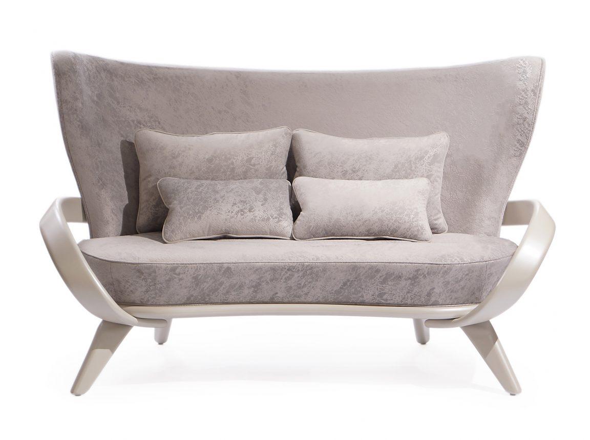 Необычный диван с плавными формами