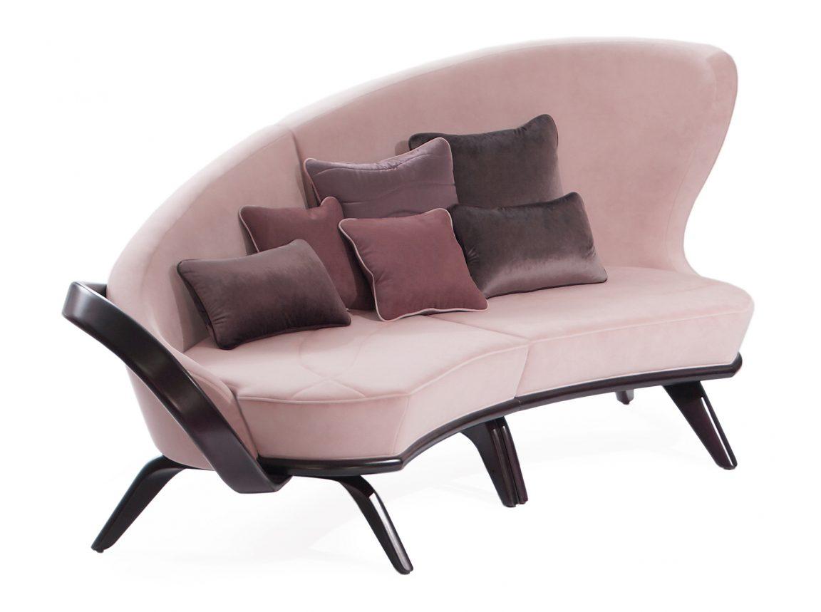 Изящный диван розовый