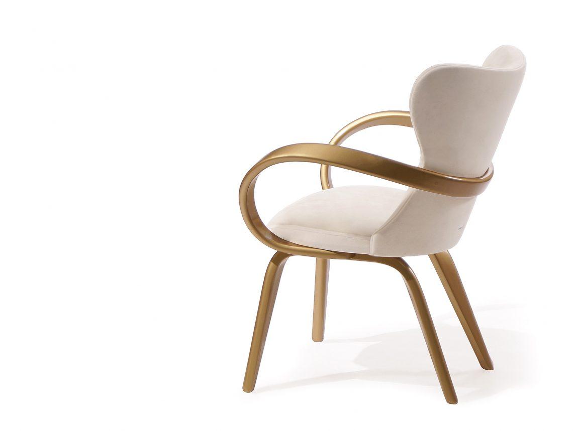 Стильное изогнутое кресло белое