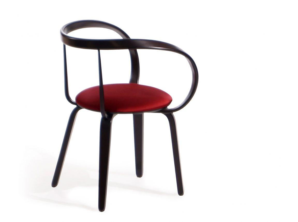 Яркий деревянный стул красный