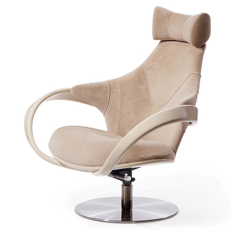 Стильное бежевое кресло с подлокотниками