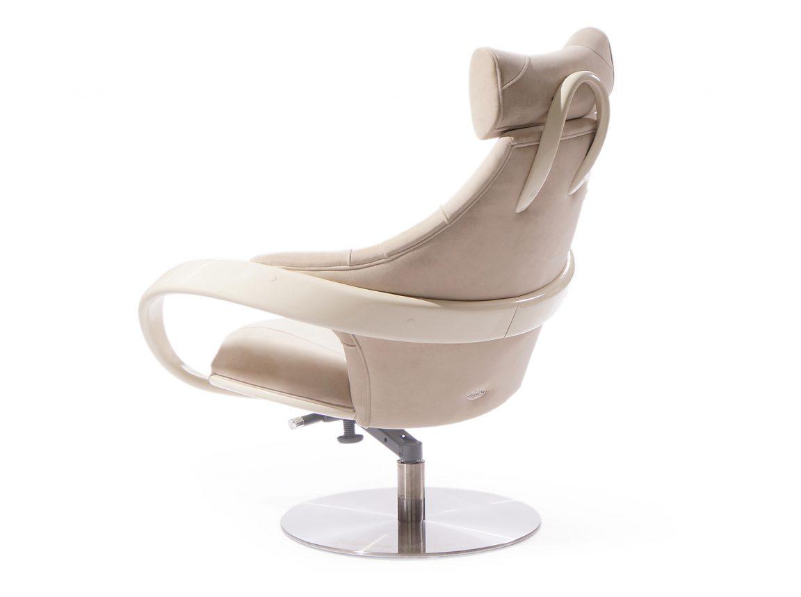 Крутящееся кресло светлое в гостиную