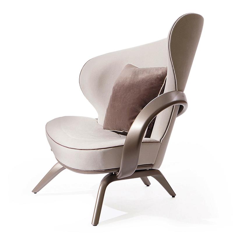 Белое кресло необычной формы