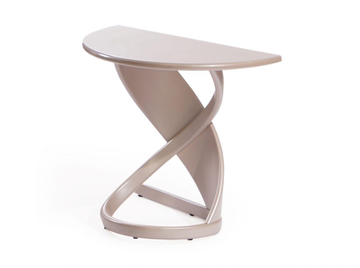 Красивый светлый столик из дерева