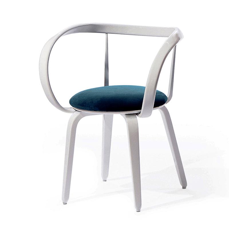 Легкий белый стул с подлокотниками