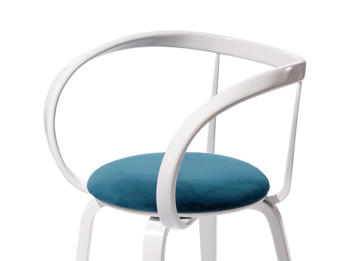 Стильный стул с голубой обивкой