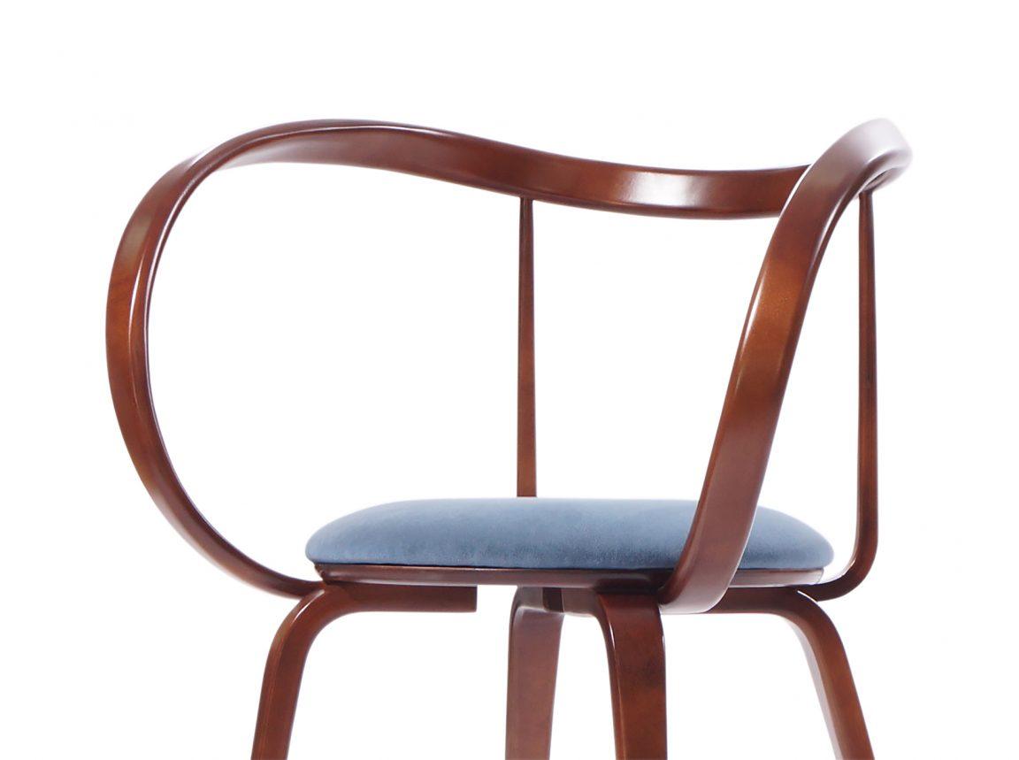 Элегантный стул с изогнутыми подлокотниками