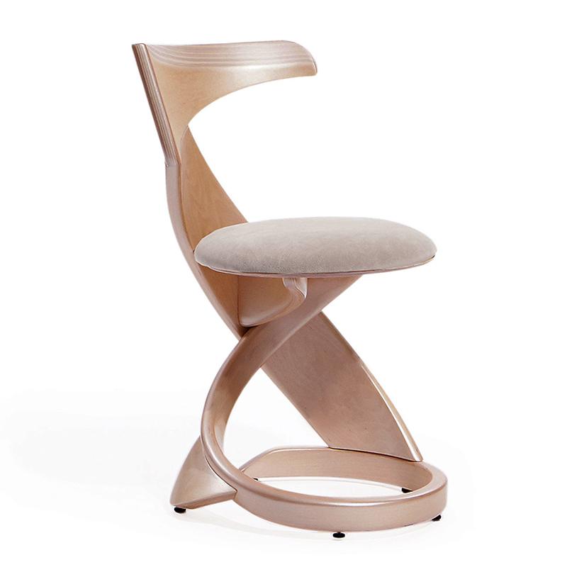 Изящный стул из гнутого дерева