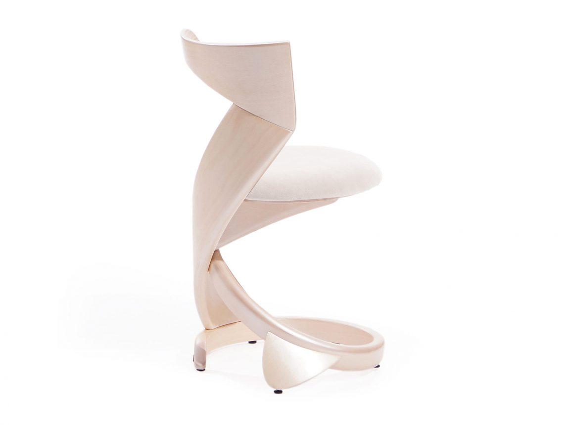 Очаровательный стул изогнутой формы