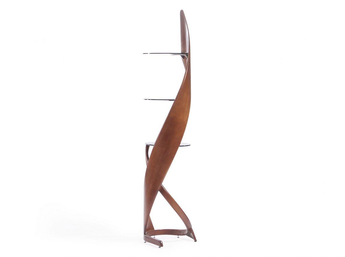 Изогнутая деревянная этажерка с полочками
