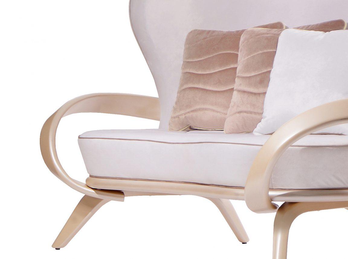 Элегантный светлый диван с подлокотниками