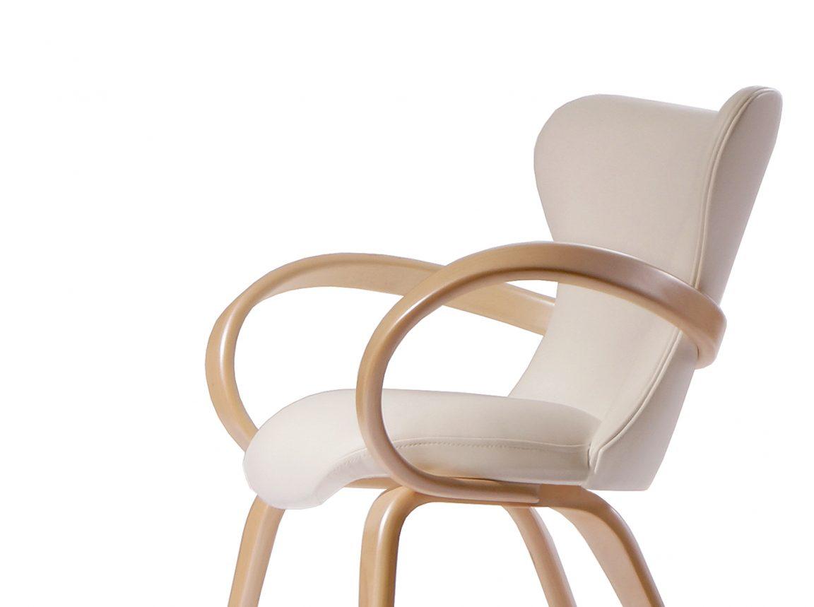 стул с деревянными подлокотниками