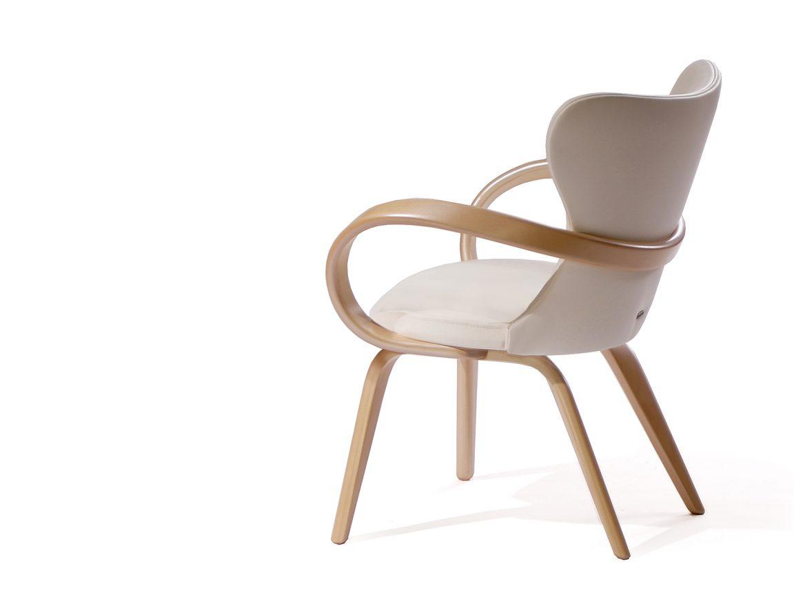 удобный стул с мягкой спинкой