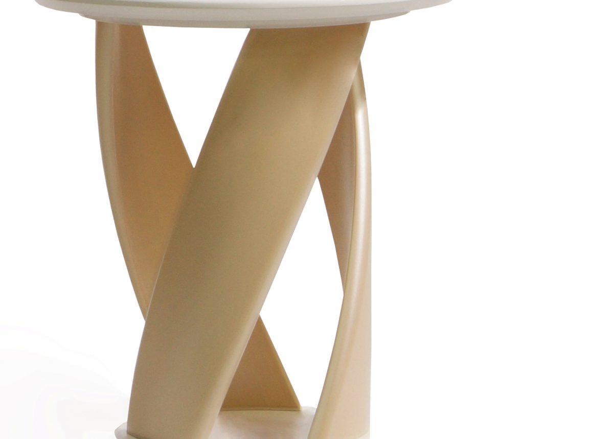 Необычный стол кофейный светлый