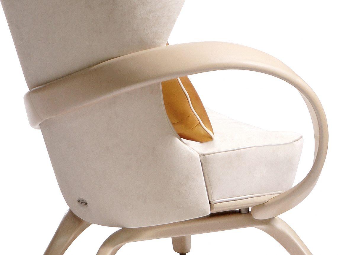 Кресло с гнутыми подлокотниками
