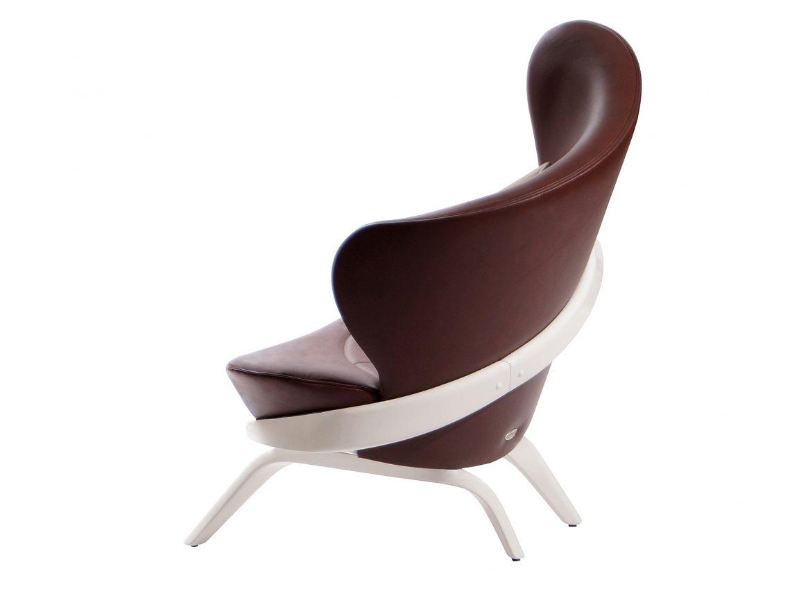 Кресло в коричневой коже