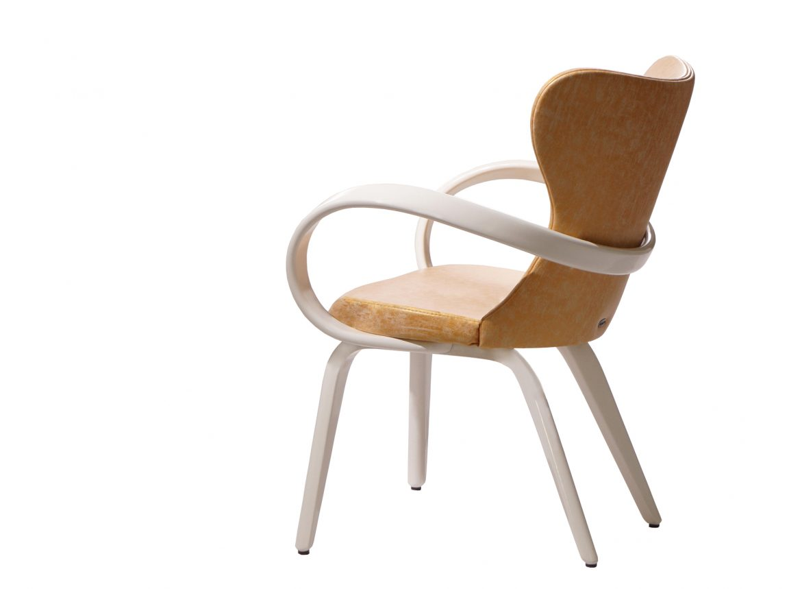 Белый стул с золотой обивкой