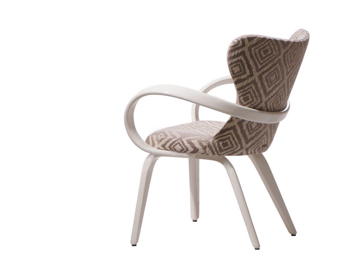 Белый стильный стул с подлокотниками