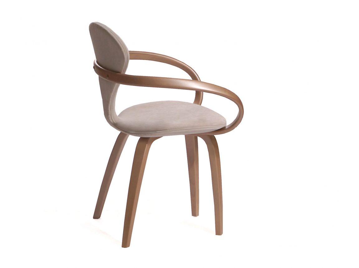 Белый стул с изогнутыми подлокотниками